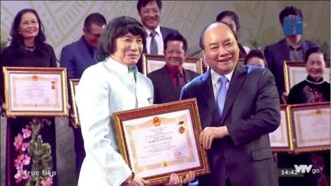 Nghệ sĩ Minh Vương, Thanh Tuấn... được cổ vũ nồng nhiệt khi nhận danh hiệu NSND