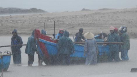 Người dân Quảng Bình, Quảng Trị hối hả gom thuyền, gặt lúa phòng bão