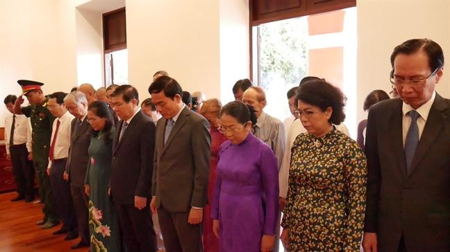 Doan lanh dao TP.HCM dang huong, dang hoa tuong nho Chu tich Ho Chi Minh va Chu tich Ton Duc Thang.