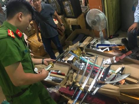 Bắt giữ xe chở hàng chục thùng đao kiếm từ Hà Nội vào Nam tiêu thụ