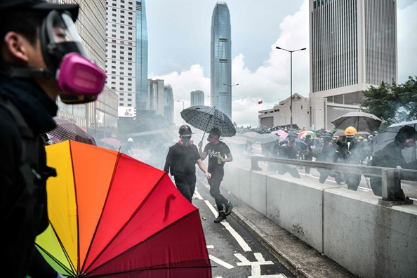 Hong Kong: Canh sat dung hoi cay va phao nuoc nhuom mau de dep dam dong