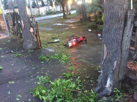 Xe máy tông cổng quán cà phê, một thanh niên tử vong