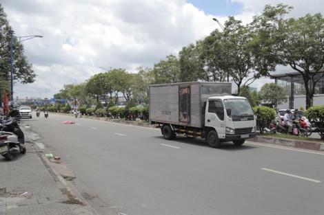 Người phụ nữ tử vong sau va chạm với xe tải, cửa ngõ Sài Gòn kẹt cứng