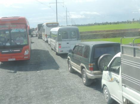 'Đứt' Quốc lộ 91, phương tiện giao thông ì ạch qua tuyến tránh