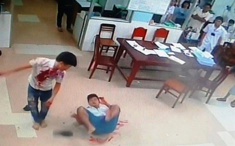 Nam thanh niên cướp cây kéo của bác sĩ đâm đối thủ ngay trong bệnh viện