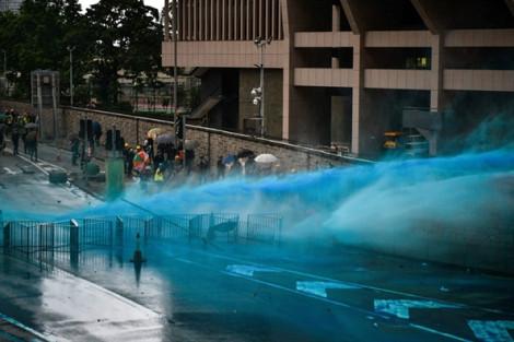 Hồng Kông: Cảnh sát dùng hơi cay và pháo nước nhuộm màu để dẹp đám đông