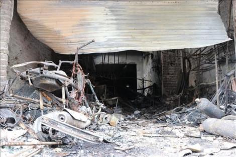 Cháy nhà, con gái lớn trèo lên mái nhà, mẹ và em gái 1 tuổi thiệt mạng