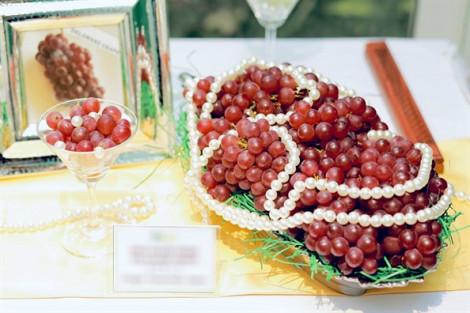 Nho chuỗi ngọc, người Nhật không ăn tươi, dân Việt xếp hàng chờ mua giá 2 triệu đồng/kg
