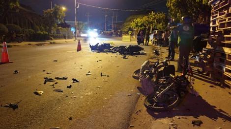 3 xe máy tông nhau nát bét trong đêm, 5 người nguy kịch