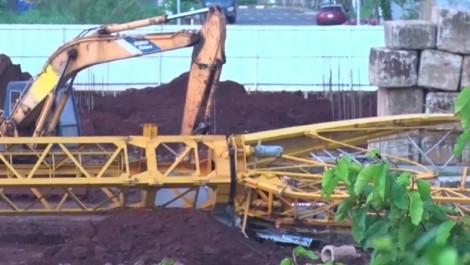 Sập cần cẩu, 2 công nhân rơi từ 30m xuống đất