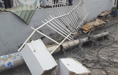 Ô tô tông đổ cột điện, người dân cắt dây điện gom về nhà