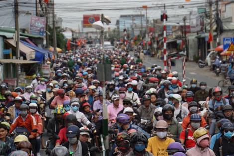 Người dân ùn ùn đổ về Sài Gòn sau lễ 2/9, phà Cát Lái tê liệt
