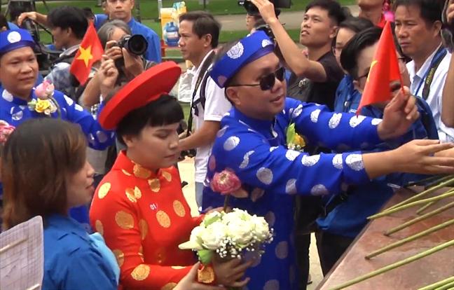 100 doi tinh nhan mac ao dai khan dong tham gia le cuoi tap the