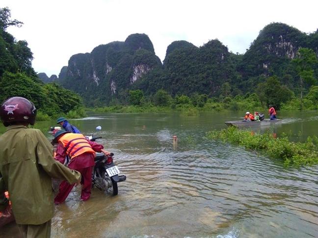 Mua lon, nuoc dang nhanh tai Quang Binh khien 1 nguoi mat tich