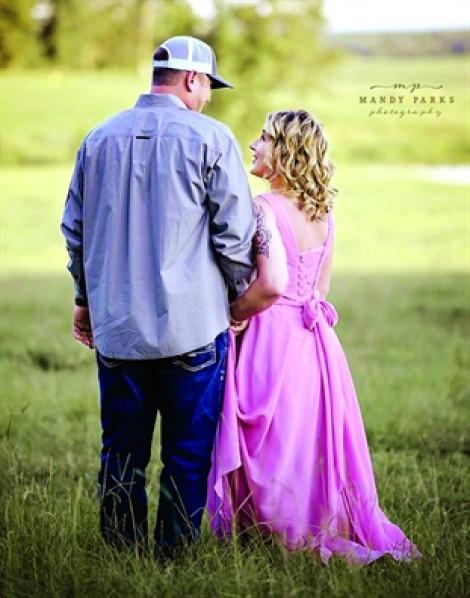 Lặng người ngắm bộ ảnh chồng nắm tay vợ tuyên chiến với ung thư