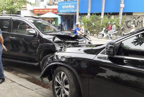 Ô tô ôm cua tông nhiều xe máy, 2 người bị thương
