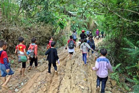 Những đứa trẻ lấm lem bùn vượt núi dự khai giảng