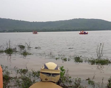 Đánh cá trong lũ, 2 người tử vong do lật thuyền