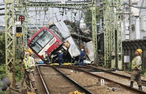 Tàu điện trật bánh sau khi đâm vào xe tải khiến 1 người chết, 30 người bị thương