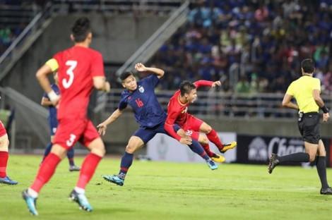 Việt Nam hòa nghẹt thở Thái Lan, HLV Park Hang-seo nhận thẻ vàng