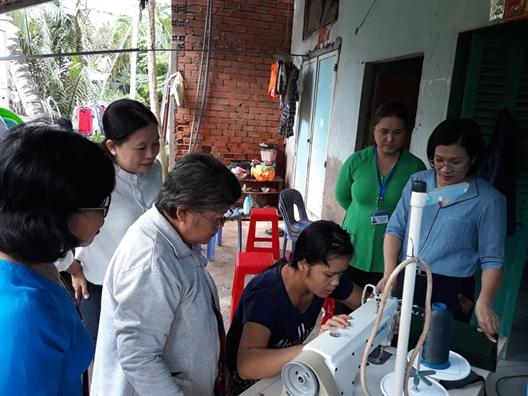 10 chi em duoc tang phuong tien lam an