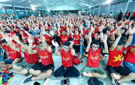 Clip: Cổ động viên Sài Gòn ôm đầu tiếc nuối trong Việt Nam hòa Thái Lan 0-0