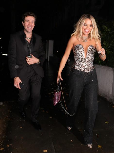 Rita Ora cởi nút, kéo tụt khoá quần khi dự tiệc