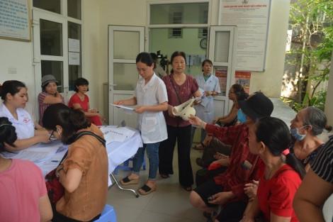 Hàng trăm người dân sống quanh Công ty Rạng Đông đổ xô đi khám miễn phí