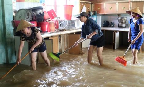 Giáo viên Hà Tĩnh hối hả dọn phòng sau lũ, sớm đón học sinh quay lại trường
