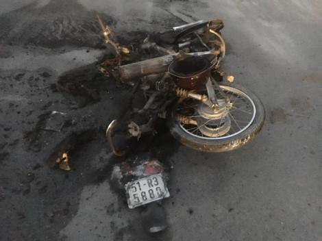 Xe máy bốc cháy trơ khung sau cú đâm trực diện với xe máy ngược chiều