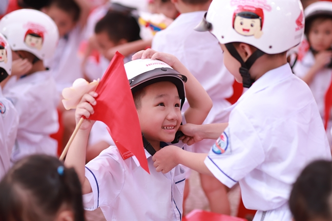 Honda Viet Nam trao tang mu bao hiem cho hoc sinh lop Mot toan quoc nam hoc 2019-2020