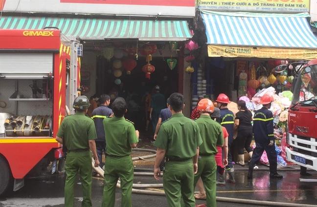 Chay cua hang thiep cuoi tren duong Hai Thuong Lan Ong