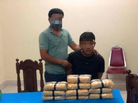 Dùng xe bán tải chở 60.000 viên ma túy xuyên biên giới