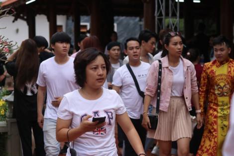 Khán giả 'bao vây' Hoài Linh và dàn nghệ sĩ tại nhà thờ Tổ