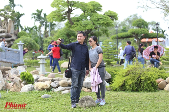 Nhieu khan gia van thieu y thuc khi den nha tho To cua NS Hoai Linh