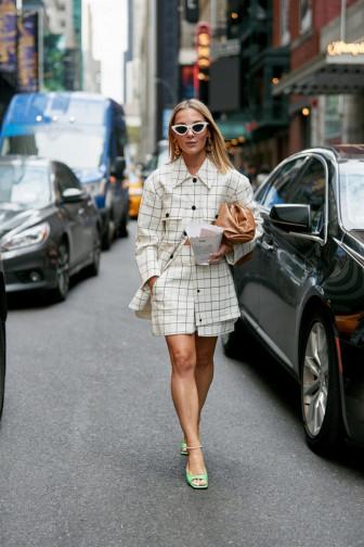 Suit ngắn 'lên ngôi' tại đường phố New York Fashion Week 2020