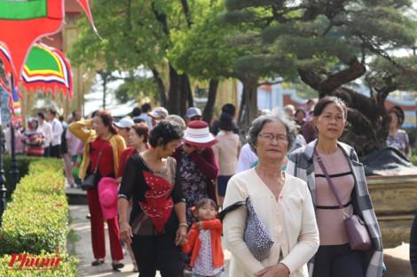 Nhiều khán giả vẫn thiếu ý thức khi đến nhà thờ Tổ của NS Hoài Linh