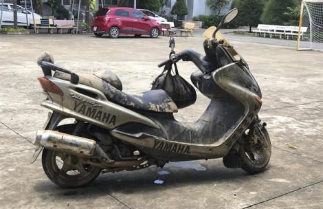 Trục vớt chiếc xe máy của nhà báo tử vong gần phà Cát Lái