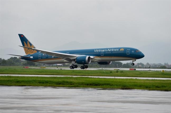 May bay Vietnam Airlines rach lop sau khi ha canh tai san bay Noi Bai