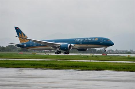 Máy bay Vietnam Airlines rách lốp sau khi hạ cánh tại sân bay Nội Bài
