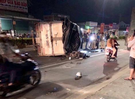 Xe tải lật ngang Quốc lộ 13 đè trúng người đi xe máy