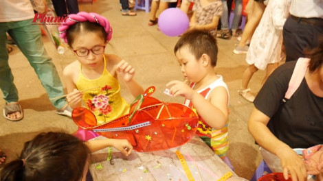 Trẻ em thành phố vui rước đèn tháng Tám