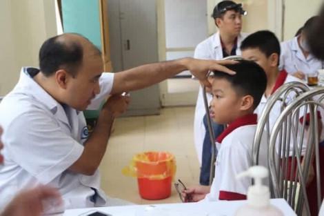 Chuyển 21 học sinh quanh Công ty Rạng Đông đến bệnh viện để theo dõi chuyên sâu