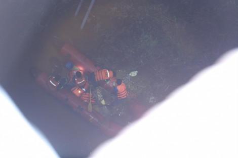 Cận cảnh tìm kiếm nạn nhân bị container đâm văng xuống sông Hồng