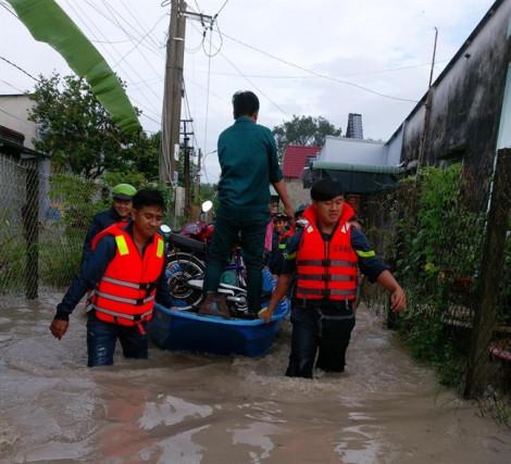 Công an Bình Dương giúp dân di chuyển qua vùng ngập nước