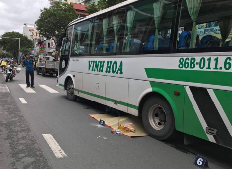 Đi sát lề đường, người phụ nữ nhặt ve chai vẫn bị xe khách tông chết
