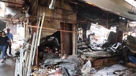 Clip: Chợ Bình Long tan hoang sau vụ cháy, nghi do đốt vàng mã cúng cô hồn