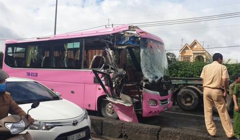 4 người bị thương do ôtô khách tông xe container ở Sài Gòn