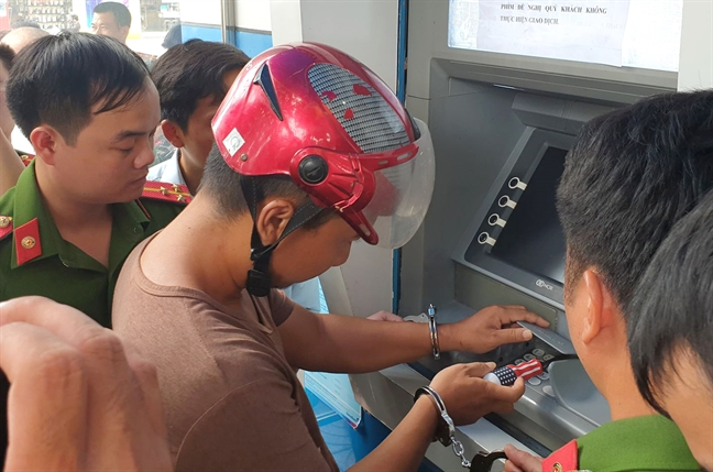 Toi pham Trung Quoc chi mat 1 phut de cai thiet bi danh cap du lieu the ATM