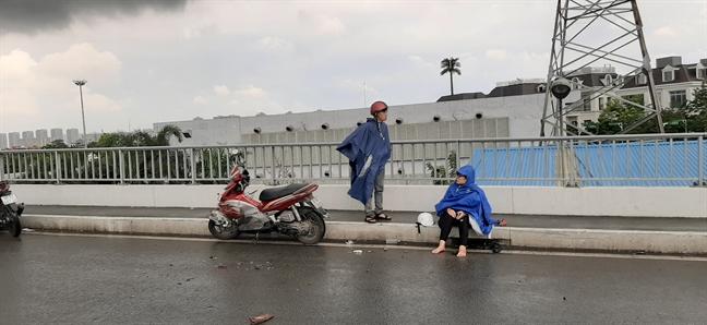 Nhot do tren mat duong, CSGT phong toa lan xe may cau Sai Gon